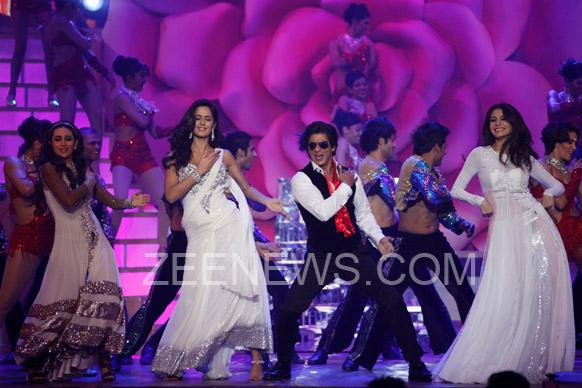 ज़ी सिने अवॉर्ड्स 2013 के दौरान शाहरूख, करिश्मा, कैटरीना और अनुष्का परफॉर्म करते हुए।
