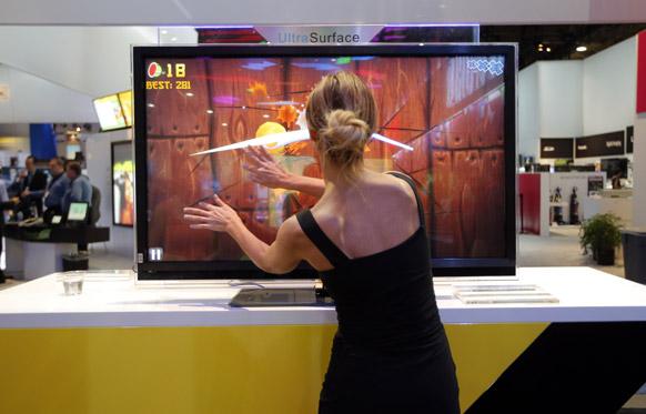 अमेरिका के लास वेगास में अल्ट्रासरफेस टीवी को प्रदर्शित करती एक मॉडल।
