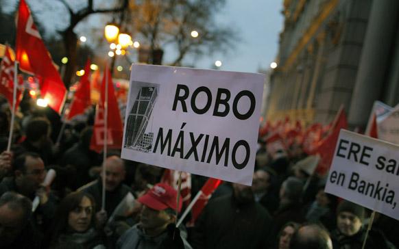 स्पेन में बैंकों के खिलाफ प्रदर्शन करते प्रदर्शनकारी।