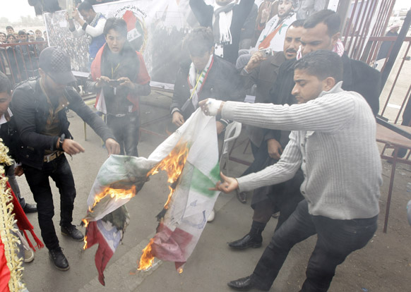 इराक के बगदाद में विरोध-प्रदर्शन करते प्रदर्शनकारी।