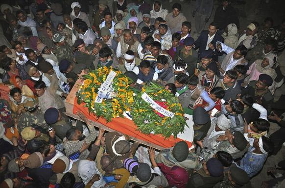 पाकिस्तानी सैनिकों के हमले में मारे गए शहीद भारतीय सैनिक लांस नायक हेमराज का मथुरा में अंतिम संस्कार किया गया।
