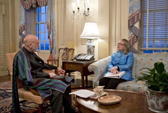 वाशिंगटन में अमेरिकी विदेश मंत्री से बातचीत करते आफगानिस्तानी राष्ट्रपति हामिद करजई।