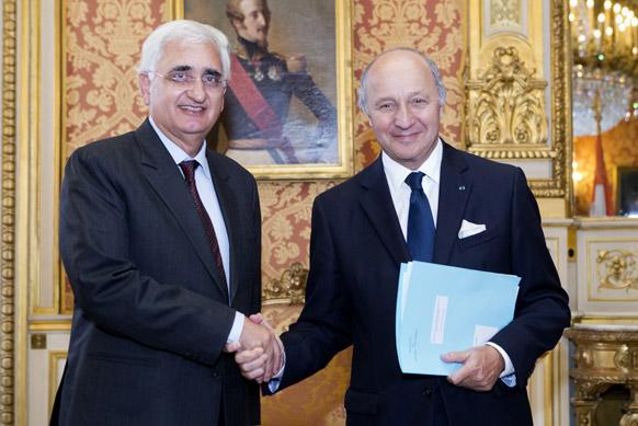 भारत के विदेश मंत्री सलमान खुर्शीद फ्रांस के विदेश मंत्री लौरेंट फैबिस के साथ पेरिस में एक कार्यक्रम में।