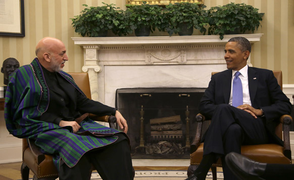 वाशिंगटन में अफगानिस्तान के राष्ट्रपति हामिद करजई से बातचीत करते अमेरिकी राष्ट्रपति बराक ओबामा।