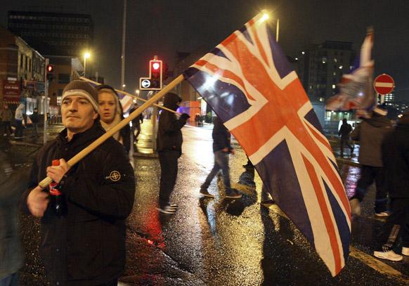 आयरलैंड के उत्तरी भाग बेलफास्ट में यूनियन फ्लैग के विरोध-प्रदर्शन के दौरान लोयालिस्ट प्रदर्शनकारी।