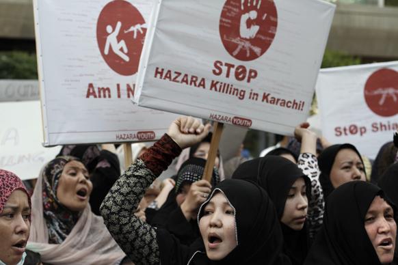 पाकिस्तान में गुरुवार को हुए विस्फोटों के खिलाफ प्रदर्शन करती शिया महिलाएं।