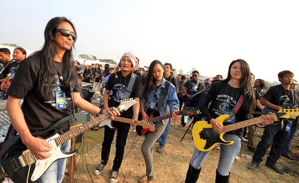 दीमापुर में लंबे समय तक इलेक्ट्रिक गिटाकर बजाकर गिनीज वर्ल्ड रिकॉर्ड कायम करने की कोशिश करते कलाकार।