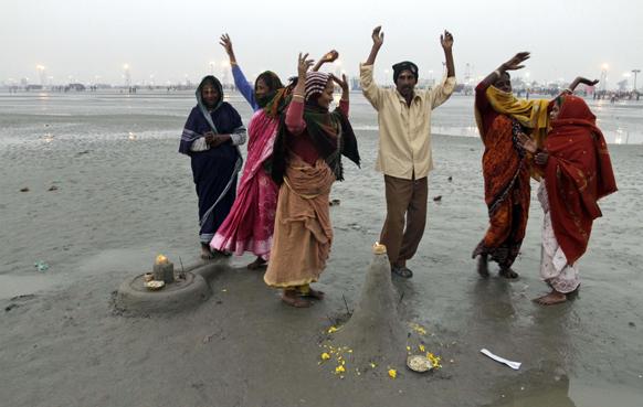 गंगासागर तट पर धार्मिक अनुष्ठान करते हिंदू श्रद्धालु।