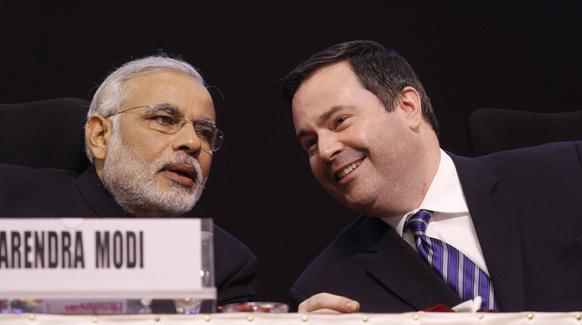 वाइब्रेंट गुजरात सम्मेलन में कनाडा के एक मंत्री से बात करते गुजरात के मुख्यमंत्री नरेंद्र मोदी।
