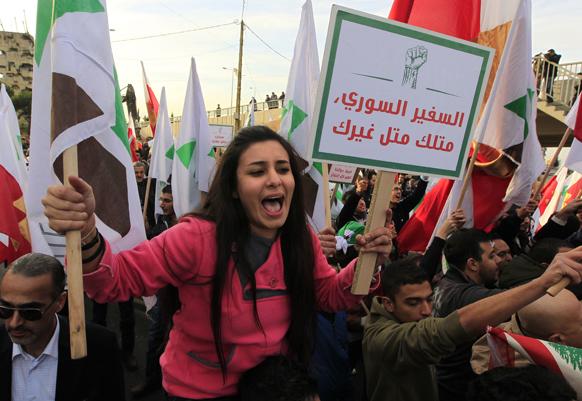 सीरिया सररकार का विरोध करती एक लेबनानी प्रदर्शनकारी।