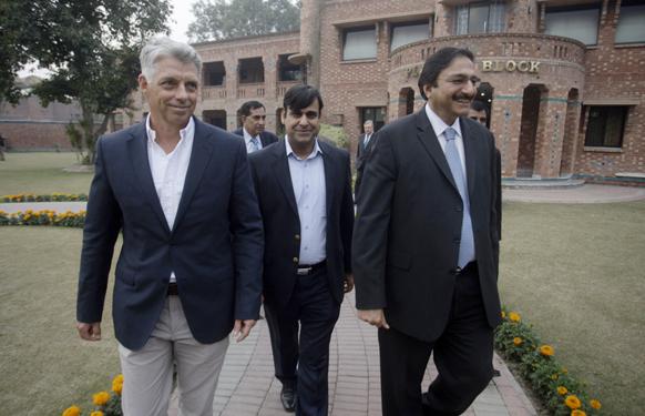 लाहौर में आईसीसी के मुख्य अधिशासी अधिकारी डेविड रिचर्डसन एवं पीसीबी के अध्यक्ष जका अशरफ।