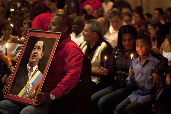 हवाना में वेनेजुएला के राष्ट्रपति ह्यूगो शावेज के जल्दी ठीक होने के लिए प्रार्थना करते लोग।