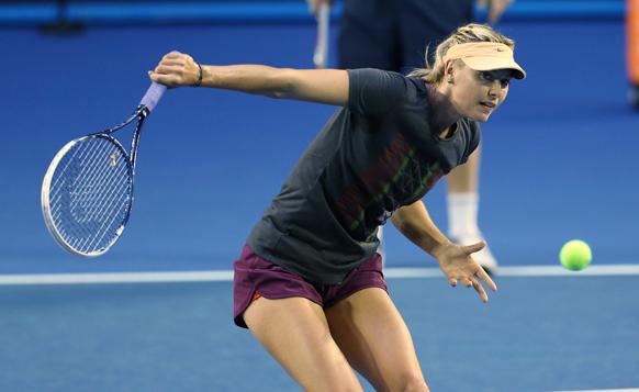 मेलबर्न में आस्ट्रेलिया ओपन टेनिस चैम्पियनशिप से पहले अभ्यास सत्र में भाग लेतीं रूस की मारिया शारापोवा।