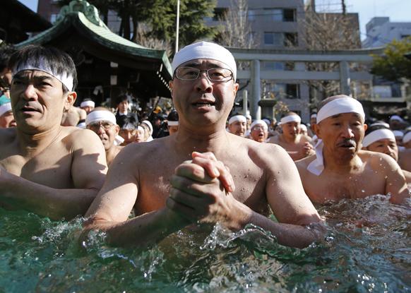 टोक्यो में एक धार्मिक अनुष्ठान में भाग लेते लोग।