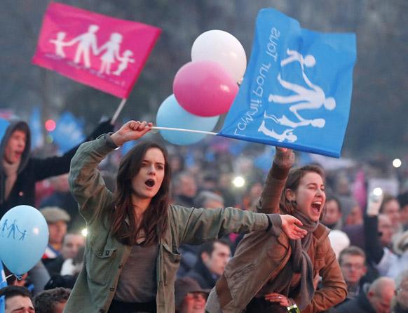 पेरिस में फ्रांस राष्ट्रपति के खिलाफ विरोध-प्रदर्शन।