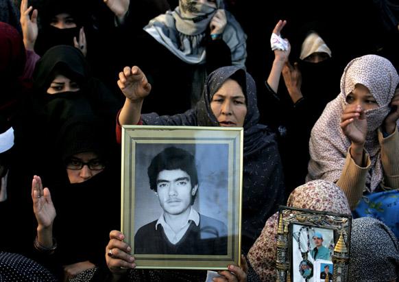 पाकिस्तान में बम विस्फोट में मारे गए अपने परिजनों के खिलाफ विरोध-प्रदर्शन करते लोग।