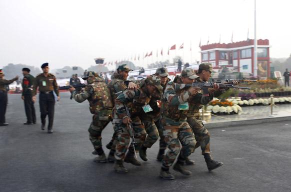 दिल्ली में 26 जनवरी से पहले सेना के जवानों द्वारा मॉक ड्रिल का एक दृश्य।