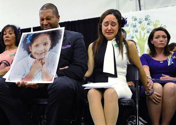 अमेरिका के स्कूल में गोलीबारी में मृतक बच्ची के गमगीन परिजन।