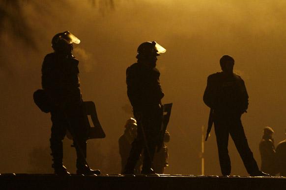 पाकिस्तान में रात में गश्त करते पुलिस कर्मी।