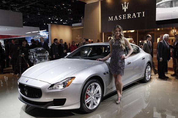 डेट्रायट के ऑटो कार शो में एक मॉडल कार को प्रदर्शित करती हुई।