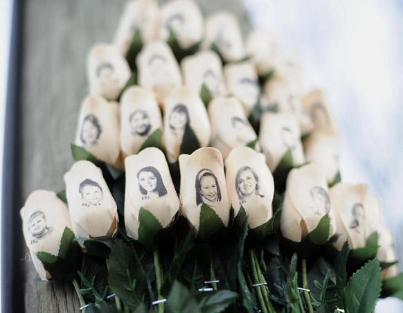 अमेरिका के सैंडी हूक इलेमेंटरी स्कूल में मारे गए पीड़ित लोगों को श्रद्धांजलि दी गई।