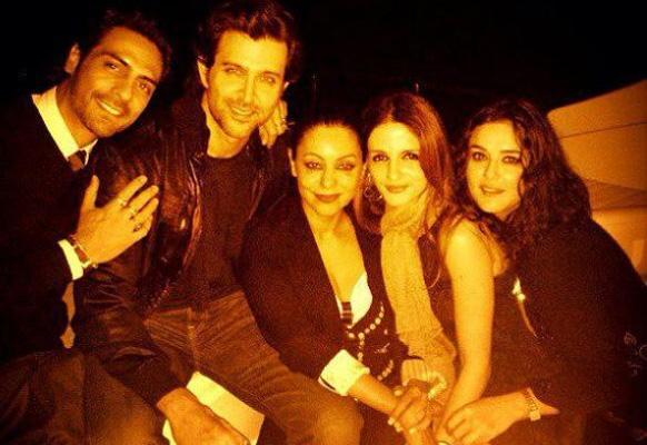 अभिनेता रितिक रोशन के बर्थडे के मौके पर अर्जुन रामपाल, रितिक, गौरी खान, सुजैन रोशन और प्रीति जिंटा।