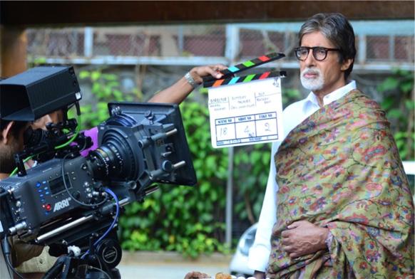अमिताभ बच्चन ने फेसबुक पर इस तस्वीर को पोस्ट की और लिखा- प्रतीक्षा के अंदर अनुराग कश्यप के साथ लघु फिल्म की शूटिंग करते हुए।