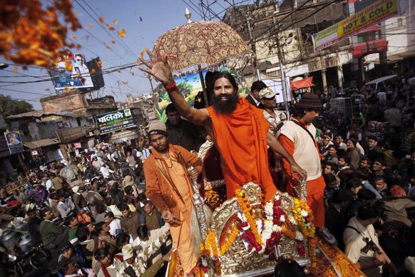 संगम की ओर निकलते जुलूस में भाग लेते योग गुरु बाबा रामदेव।