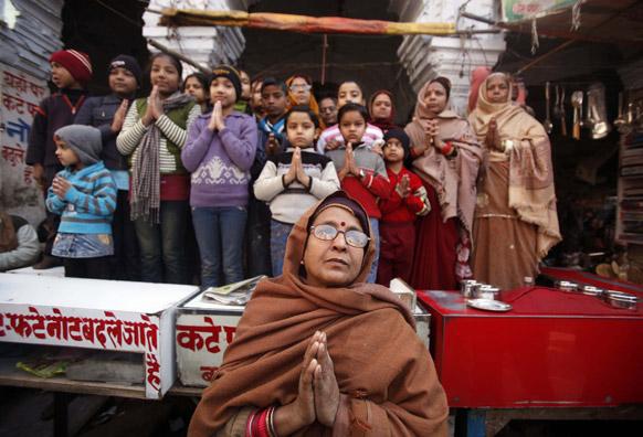 संगम तट पर पहुंचते साधुओं के जुलूस को श्रद्धा पूर्वक देखते हिंदू।
