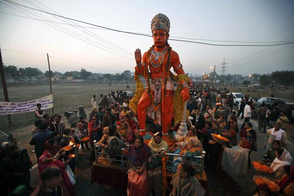 भगवान हनुमान की विशाल मूर्ति के साथ संगम तट की ओर जुलूस के रूप में बढ़ते हिंदू।