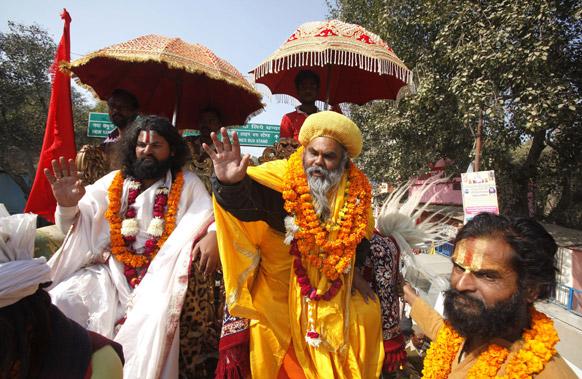 महाकुंभ मेला में शिरकत करने के लिए धार्मिक जुलूस के साथ संगम तट पहुंचते साधु एवं संन्यासी।