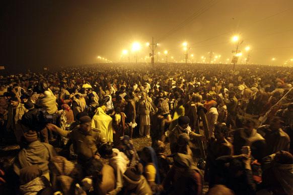 महाकुंभ मेला के पहले दिन पवित्र स्नान करने के लिए संगम तट पर उमड़े लाखों श्रद्धालु।