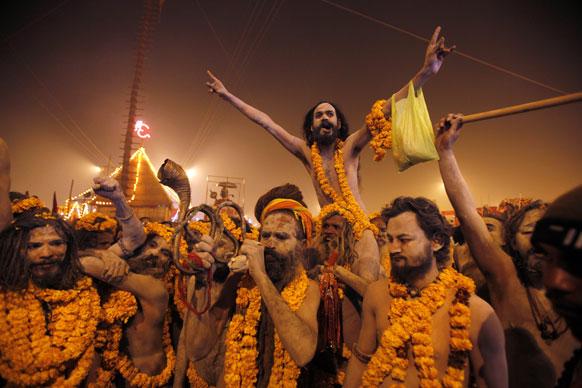 मकर संक्रांति के दिन संगम में डुबकी लगाने के लिए अपने शिविर से कूच करती नागा साधुओं की मंडली।