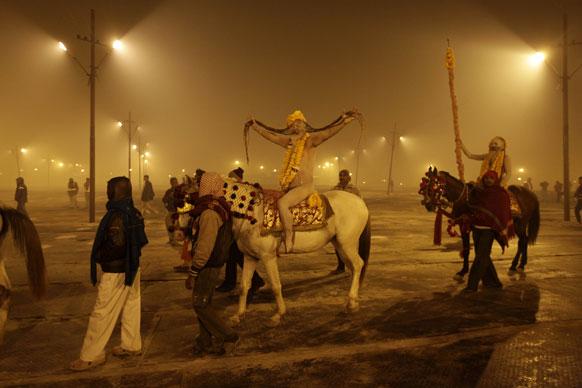 मकर संक्रांति के दिन शाही स्नान के लिए संगम तट पर पहुंचता नागा साधुओं का जत्था।