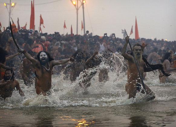 मकर संक्रांति के दिन संगम में शाही स्नान के लिए आगे बढ़ता नागा साधुओं का जत्था।