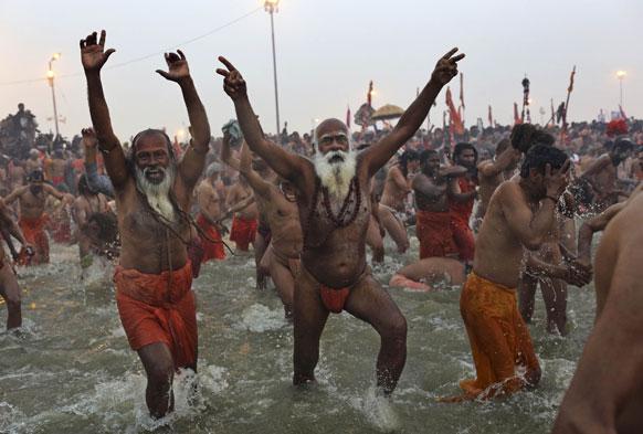 मकर संक्रांति के दिन संगम में स्नान करते साधु और संन्यासी।