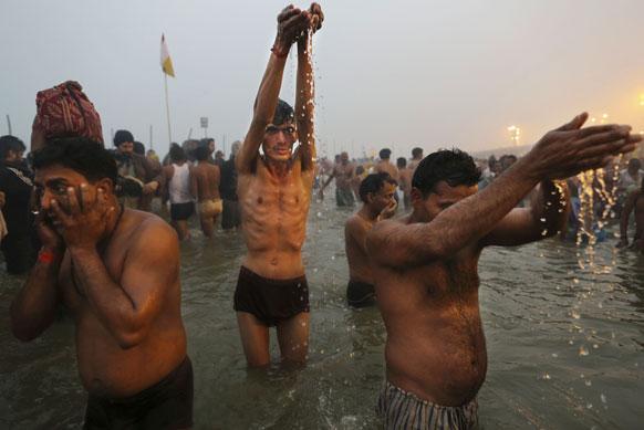 मकर संक्रांति के दिन इलाहाबाद के संगम में डुबकी लगाकर पूजा-अर्चना करते हिंदू।
