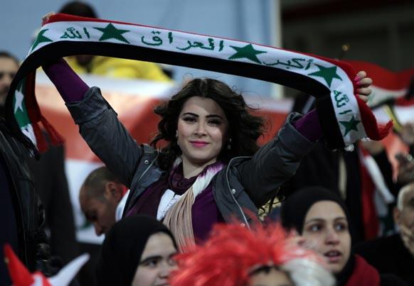 बहरीन में फुटबॉल टूर्नामेंट के दौरान अपने देश का झंडा लहराती एक महिला।