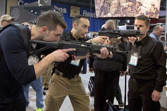 अलबेर्टा में 35वें सालाना शूट शो के दौरान निशानेबाजी के गुर सिखाते निशानेबाज।