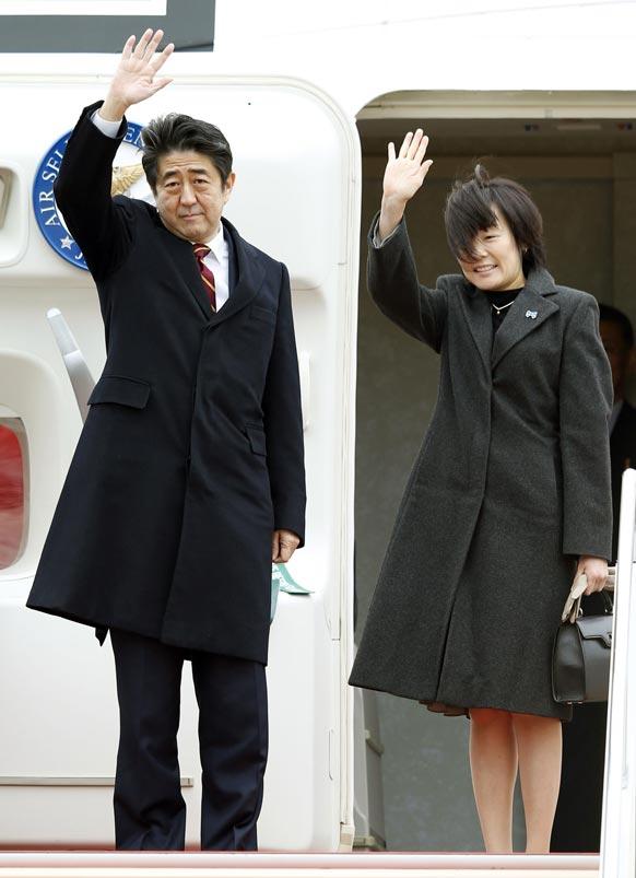 टोक्यो एयरपोर्ट पर जापानी प्रधानमंत्री शिंजो अबे और उनकी पत्नी अकिए वियतनाम की यात्रा पर जाते हुए।