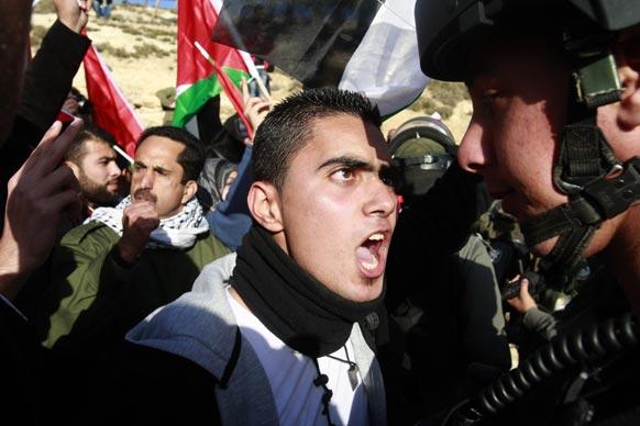 फिलीस्तीनी कार्यकर्ता की गिरफ्तारी के खिलाफ गुस्से में सड़कों पर उतरे लोग।