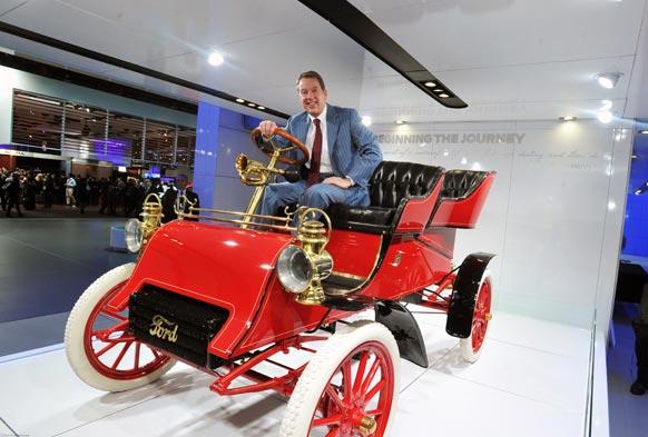 फोर्ड मोटर कंपनी के एक्जीक्यूटिव चेयरमैन 1903 में जारी एक फोर्ड मोडल के साथ डेट्रायट के अंतरराष्ट्रीय ऑट शो में।