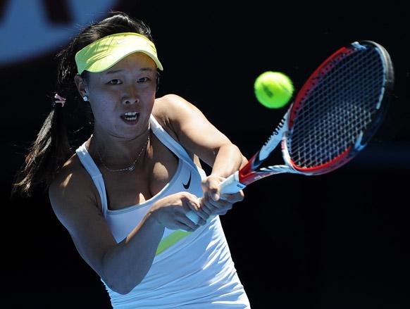ऑस्ट्रेलियन ओपन टेनिस टूर्नामेंट 2013 के दौरान बॉल रिटर्न करती हुई ताइवान की चांग काई चेन ।