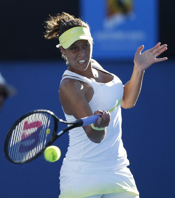 ऑस्ट्रेलियन ओपन टेनिस टूर्नामेंट 2013 के दौरान बॉल रिटर्न करती हुई अमेरिका के मेडिसन केय।