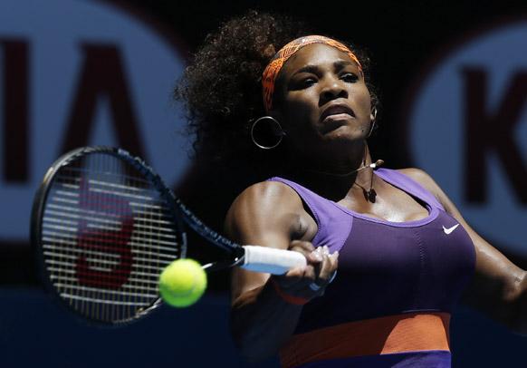 ऑस्ट्रेलियन ओपन टेनिस टूर्नामेंट 2013 के दौरान बॉल रिटर्न करती हुई अमेरिका की सेरेना विलियम्स ।