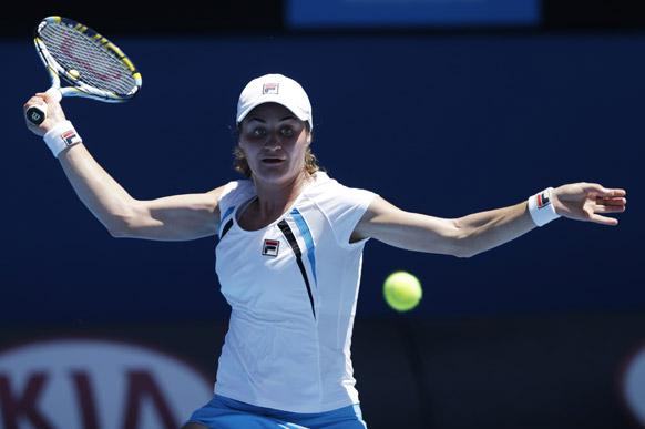 ऑस्ट्रेलियन ओपन टेनिस टूर्नामेंट 2013 के दौरान बॉल रिटर्न करती हुई रोमानिया की मोनिका निकुलेस्कु ।