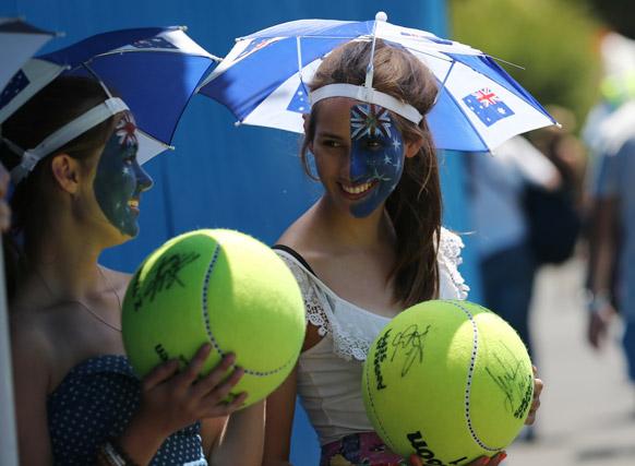 ऑस्ट्रेलियन ओपन टेनिस टूर्नामेंट 2013 के दौरान मैच का आनंद लेते हुए दर्शक ।