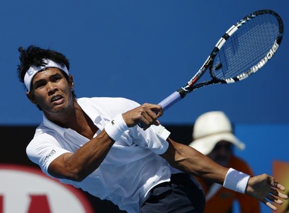 ऑस्ट्रेलियन ओपन टेनिस टूर्नामेंट 2013 के दौरान बॉल रिटर्न करते हुए भारत के सोमदेव देववर्मन ।