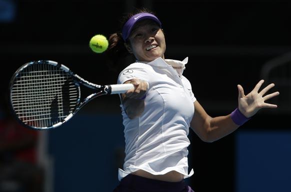ऑस्ट्रेलियन ओपन टेनिस टूर्नामेंट 2013 के दौरान बॉल रिटर्न करती हुई चीन की ली ना ।