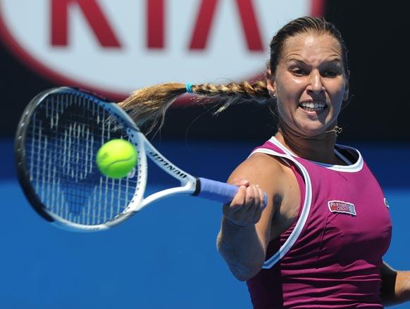 ऑस्ट्रेलियन ओपन टेनिस टूर्नामेंट 2013 के दौरान बॉल रिटर्न करती हुई स्लोवाकिया की डोमिनिका सिबुल्कोवा ।
